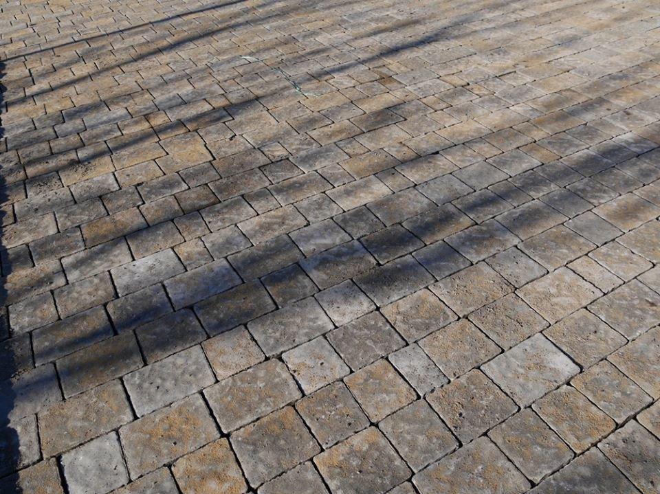 В Ужгороді капітально ремонтують тротуари на площі Дружби народів та вулиці Гойди: фото, фото-2