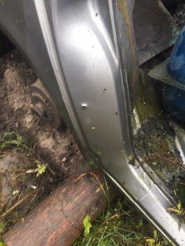 На Закарпатті депутату, який опублікував фото лісничого-браконьєра із вбитою риссю, вночі підірвали машину: фото, фото-3