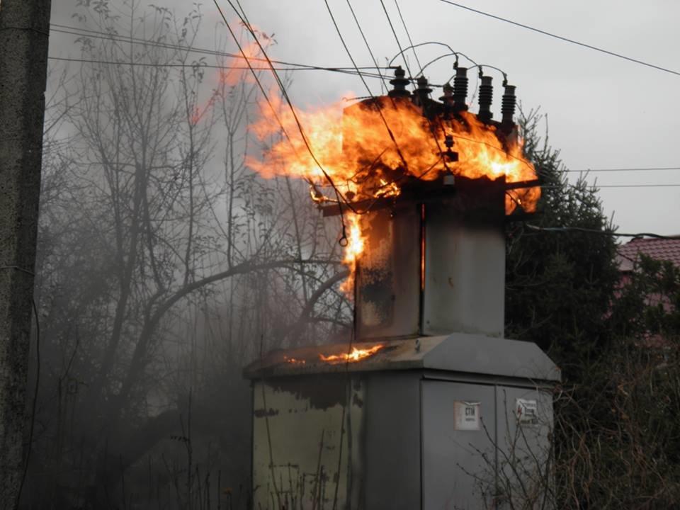 У Сторожниці - пожежа: рятувальники гасили вогонь на трансформаторній підстанції (ФОТО, ВІДЕО), фото-4