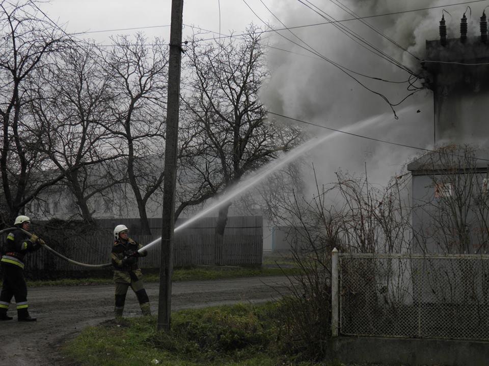 У Сторожниці - пожежа: рятувальники гасили вогонь на трансформаторній підстанції (ФОТО, ВІДЕО), фото-1