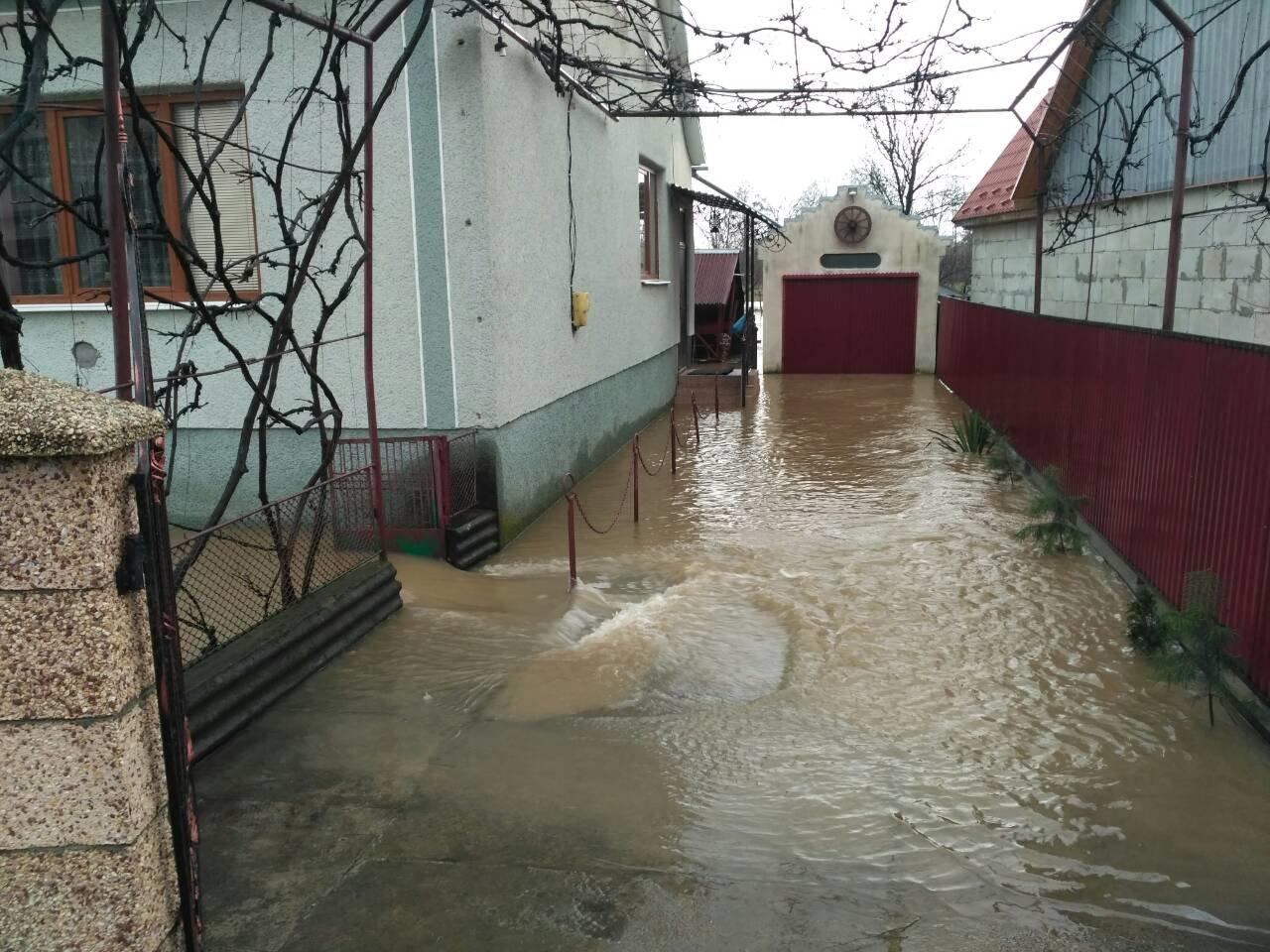 Пік паводку на Закарпатті очікується сьогодні вночі: до катастрофи 2001 року Латориці не вистачає 50 см (ФОТО) , фото-9