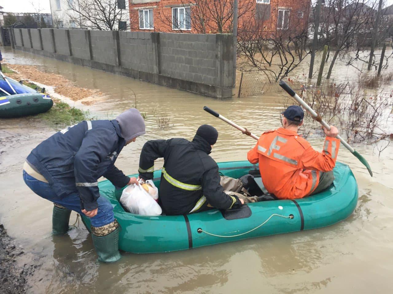 Ситуація стабілізувалася: на Закарпатті човнами евакуювали людей, постраждалих від паводку (ФОТО, ВІДЕО), фото-10