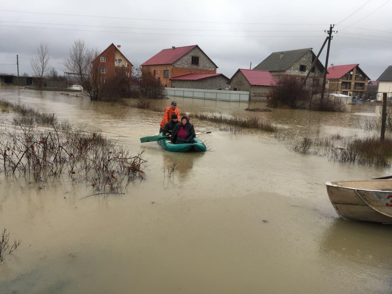 Ситуація стабілізувалася: на Закарпатті човнами евакуювали людей, постраждалих від паводку (ФОТО, ВІДЕО), фото-16