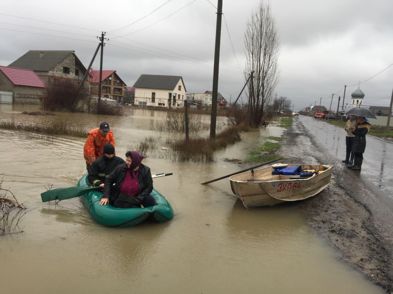 Ситуація стабілізувалася: на Закарпатті човнами евакуювали людей, постраждалих від паводку (ФОТО, ВІДЕО), фото-12