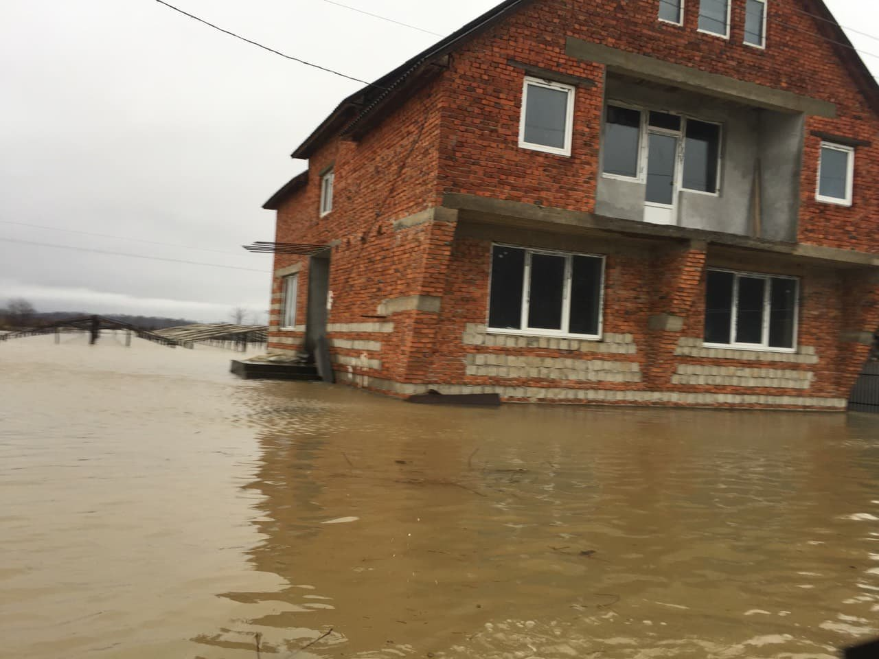 Ситуація стабілізувалася: на Закарпатті човнами евакуювали людей, постраждалих від паводку (ФОТО, ВІДЕО), фото-11