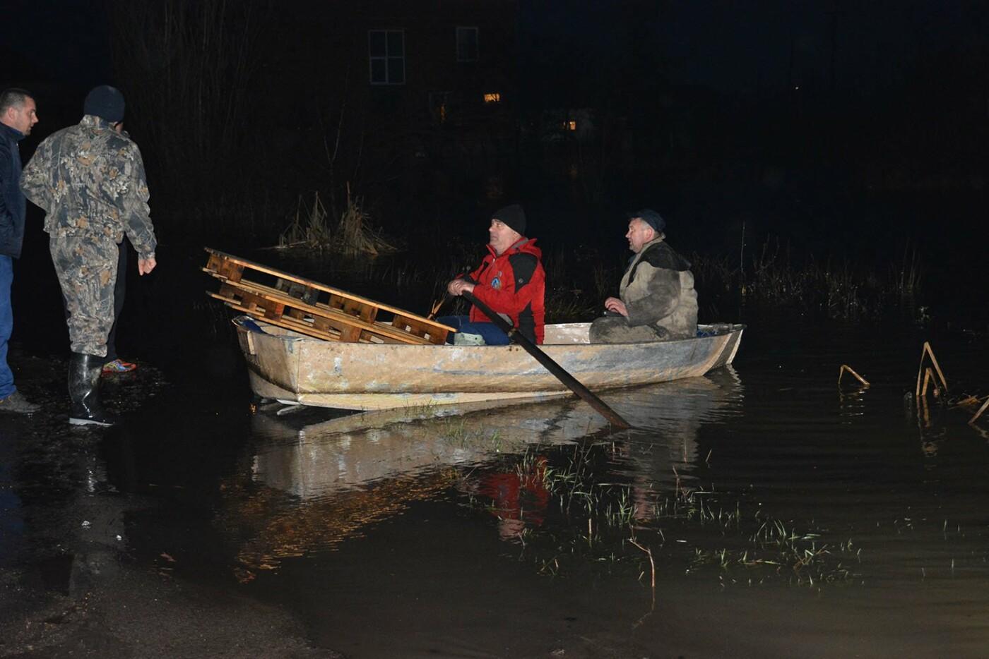 Ситуація стабілізувалася: на Закарпатті човнами евакуювали людей, постраждалих від паводку (ФОТО, ВІДЕО), фото-1