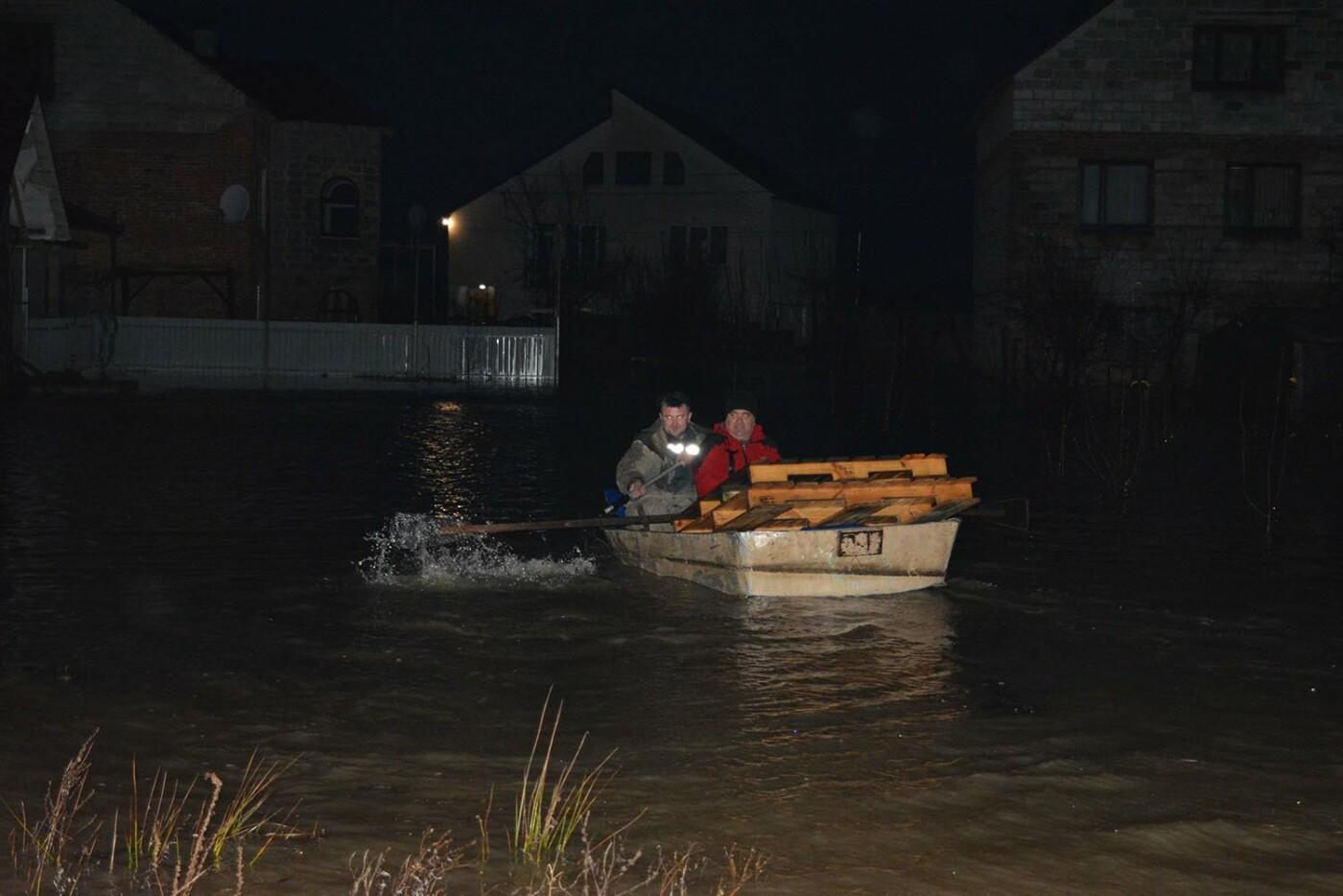 Ситуація стабілізувалася: на Закарпатті човнами евакуювали людей, постраждалих від паводку (ФОТО, ВІДЕО), фото-2