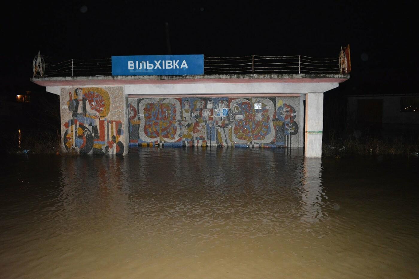 Ситуація стабілізувалася: на Закарпатті човнами евакуювали людей, постраждалих від паводку (ФОТО, ВІДЕО), фото-3