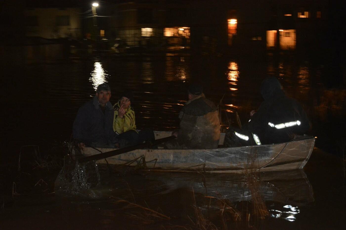 Ситуація стабілізувалася: на Закарпатті човнами евакуювали людей, постраждалих від паводку (ФОТО, ВІДЕО), фото-6