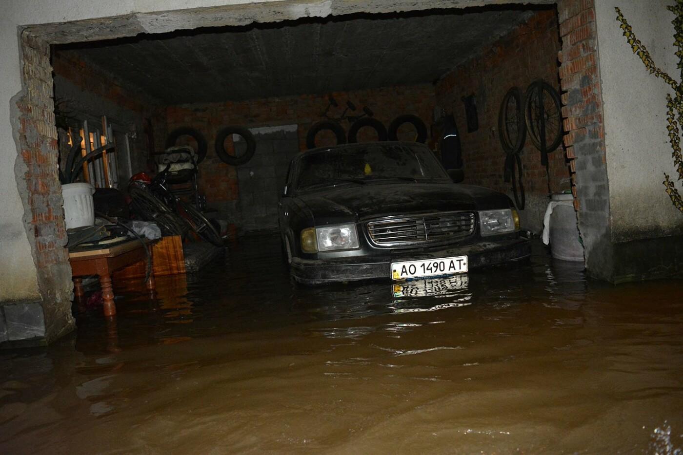Ситуація стабілізувалася: на Закарпатті човнами евакуювали людей, постраждалих від паводку (ФОТО, ВІДЕО), фото-7