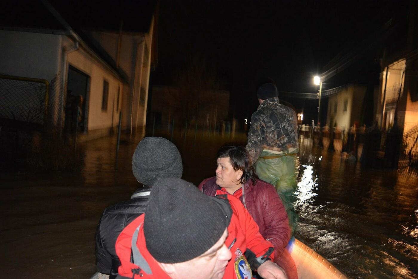 Ситуація стабілізувалася: на Закарпатті човнами евакуювали людей, постраждалих від паводку (ФОТО, ВІДЕО), фото-9