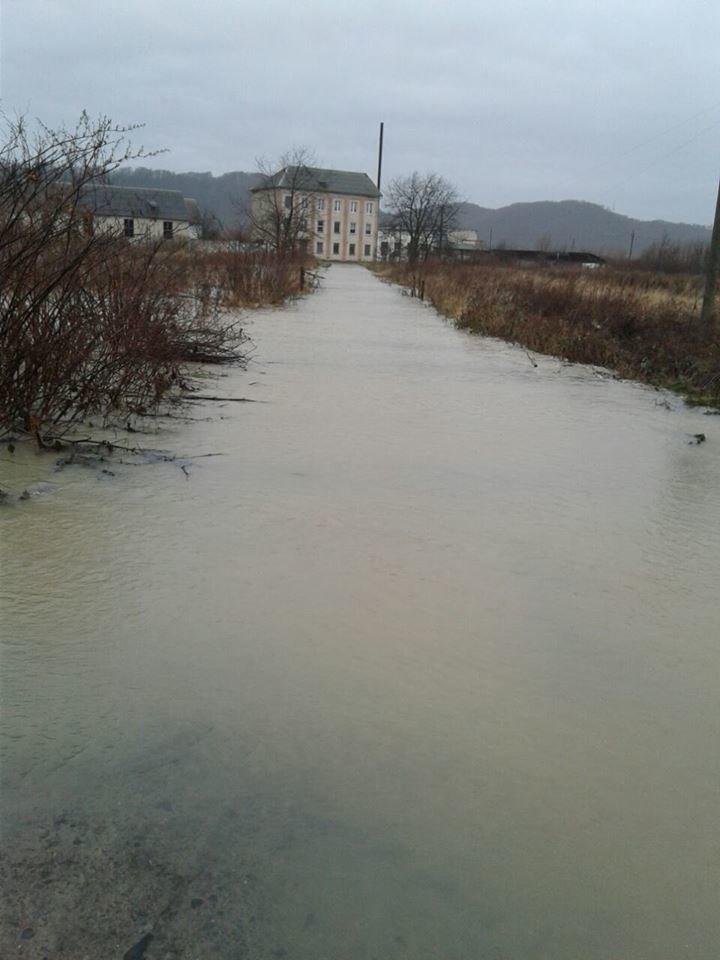 Наслідки паводку у Мукачеві: школярі йдуть на вимушені канікули, мешканцям міста підвозитимуть питну воду (ГРАФІК), фото-1