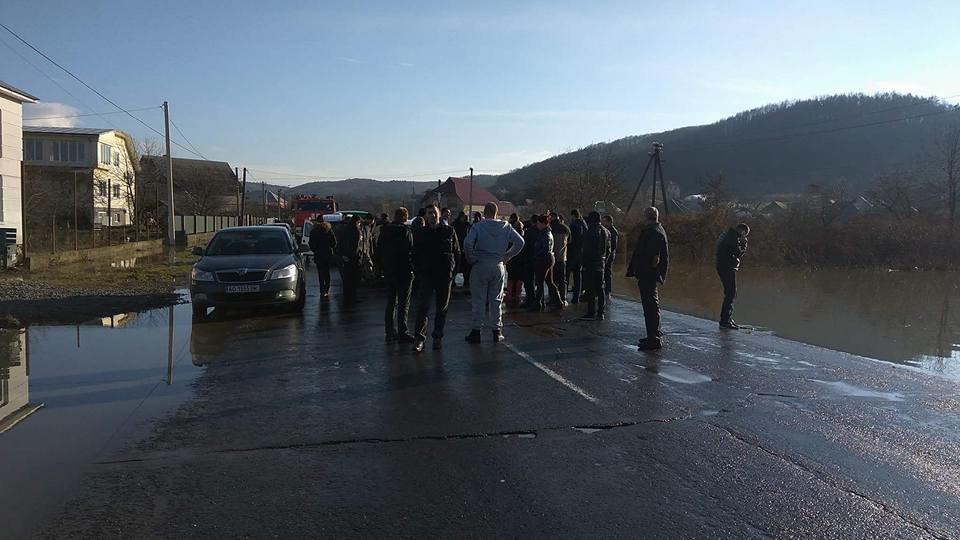 """Закарпатці перекрили трасу """"Мукачево-Рогатин"""", бо їм не відкачують воду: фото, фото-1"""