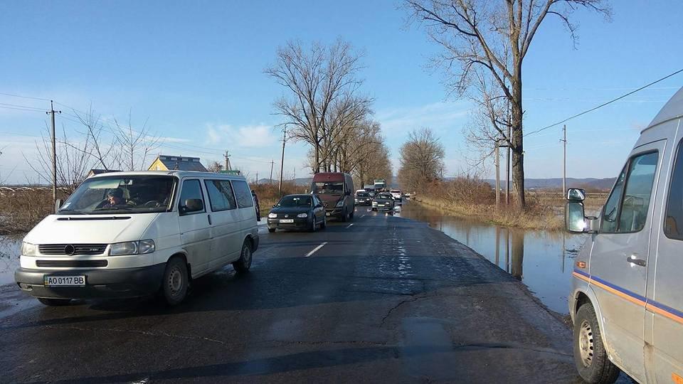 """Закарпатці перекрили трасу """"Мукачево-Рогатин"""", бо їм не відкачують воду: фото, фото-2"""