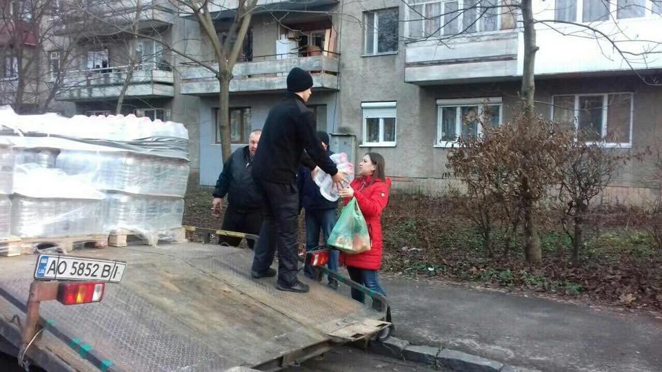 Знедолені стихією: як у Мукачеві містянам роздавали питну води (ФОТО), фото-2