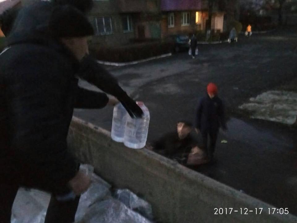 Знедолені стихією: як у Мукачеві містянам роздавали питну води (ФОТО), фото-3