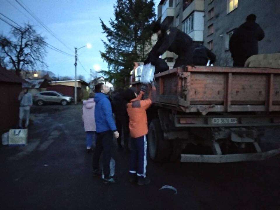 Знедолені стихією: як у Мукачеві містянам роздавали питну води (ФОТО), фото-4