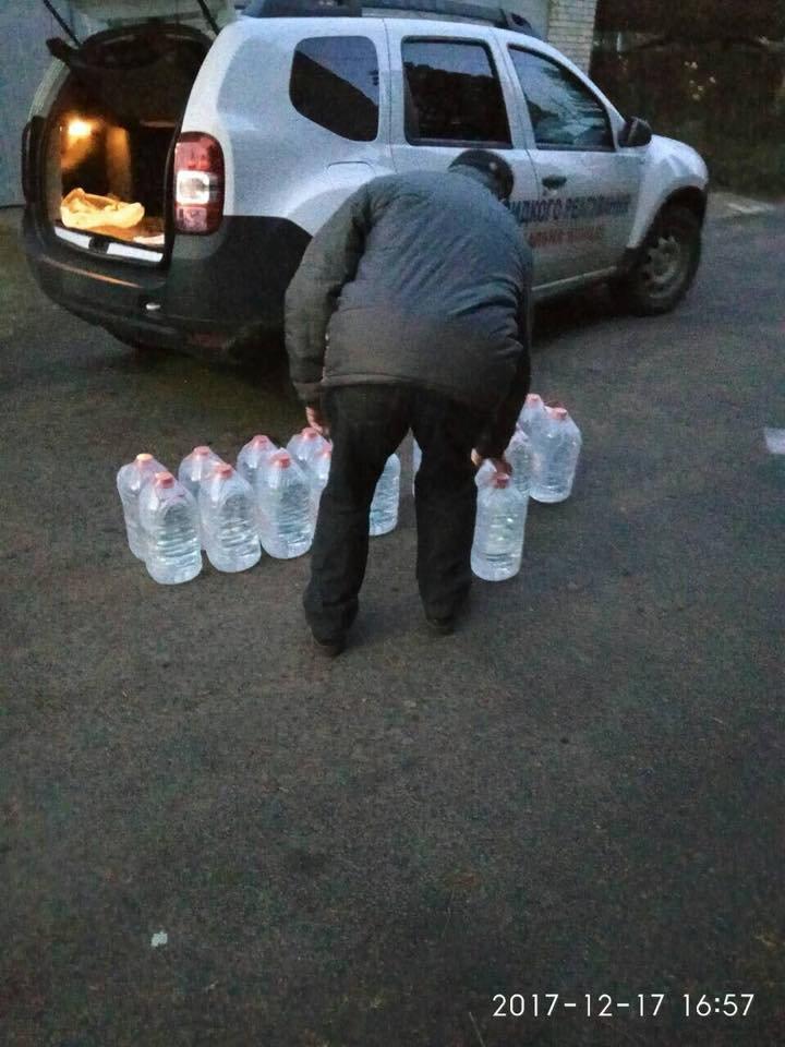 Знедолені стихією: як у Мукачеві містянам роздавали питну води (ФОТО), фото-6