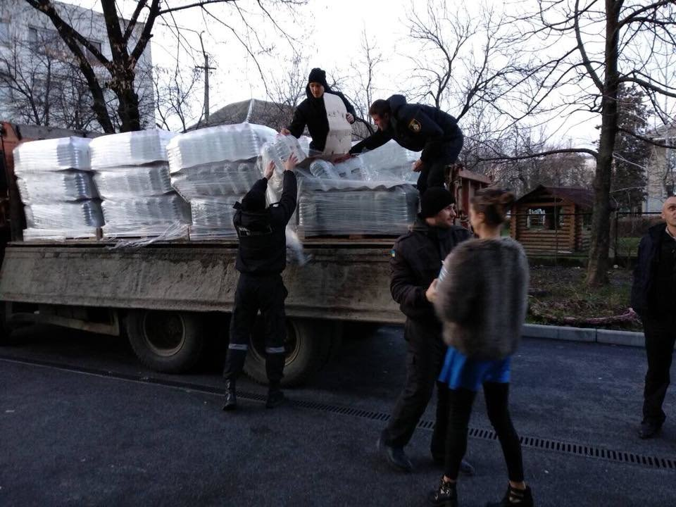 Знедолені стихією: як у Мукачеві містянам роздавали питну води (ФОТО), фото-9