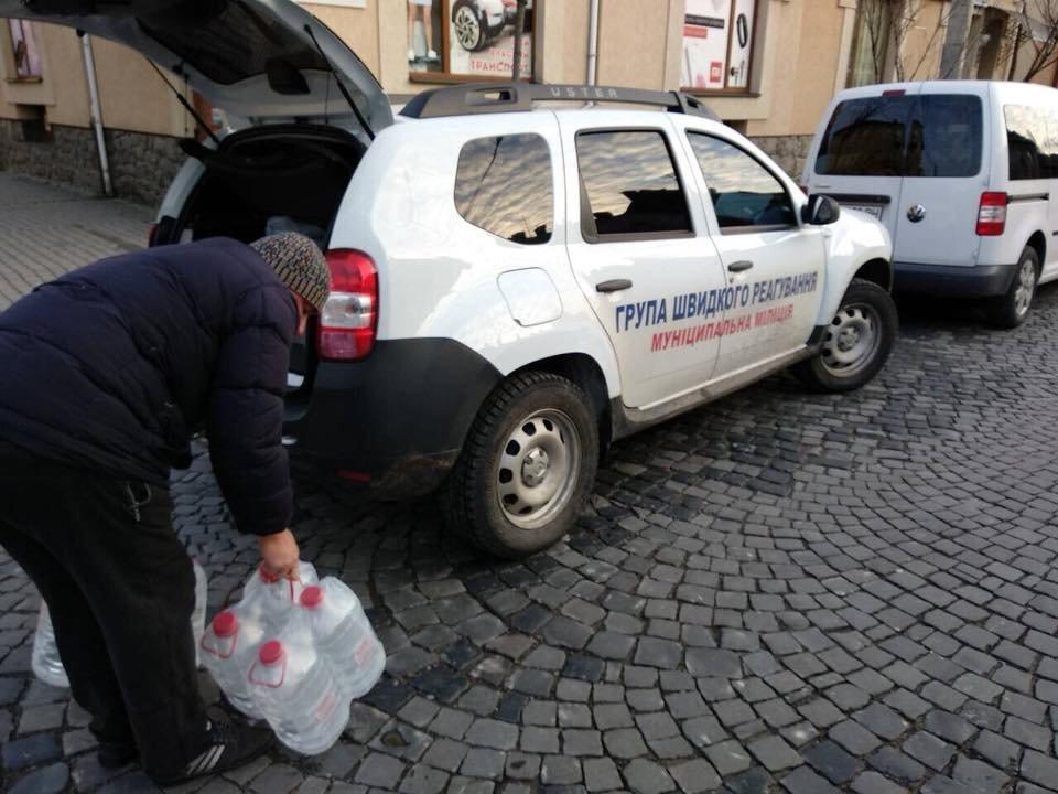Знедолені стихією: як у Мукачеві містянам роздавали питну води (ФОТО), фото-7