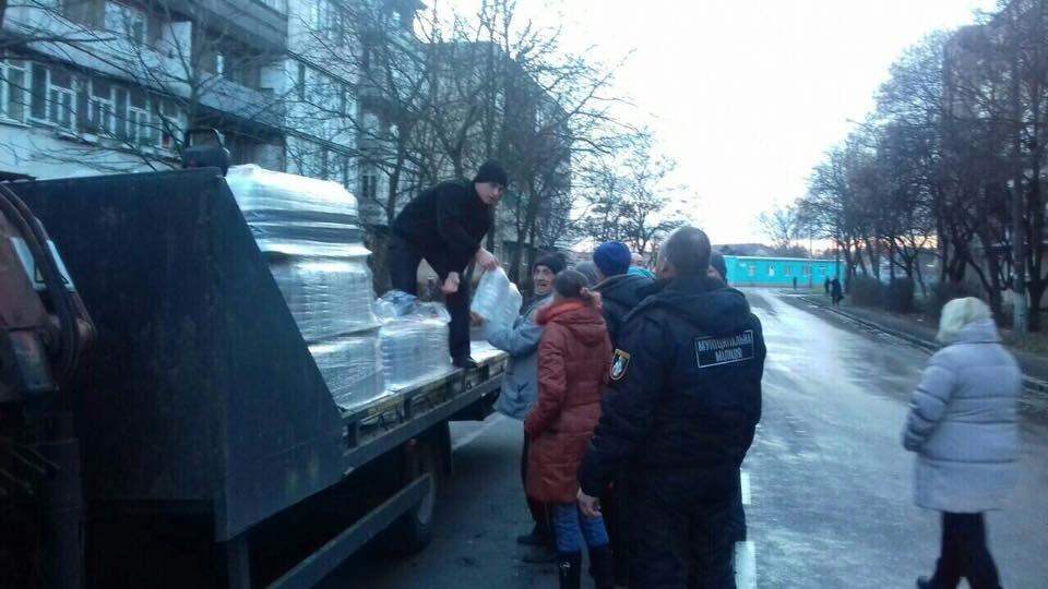 Знедолені стихією: як у Мукачеві містянам роздавали питну води (ФОТО), фото-5