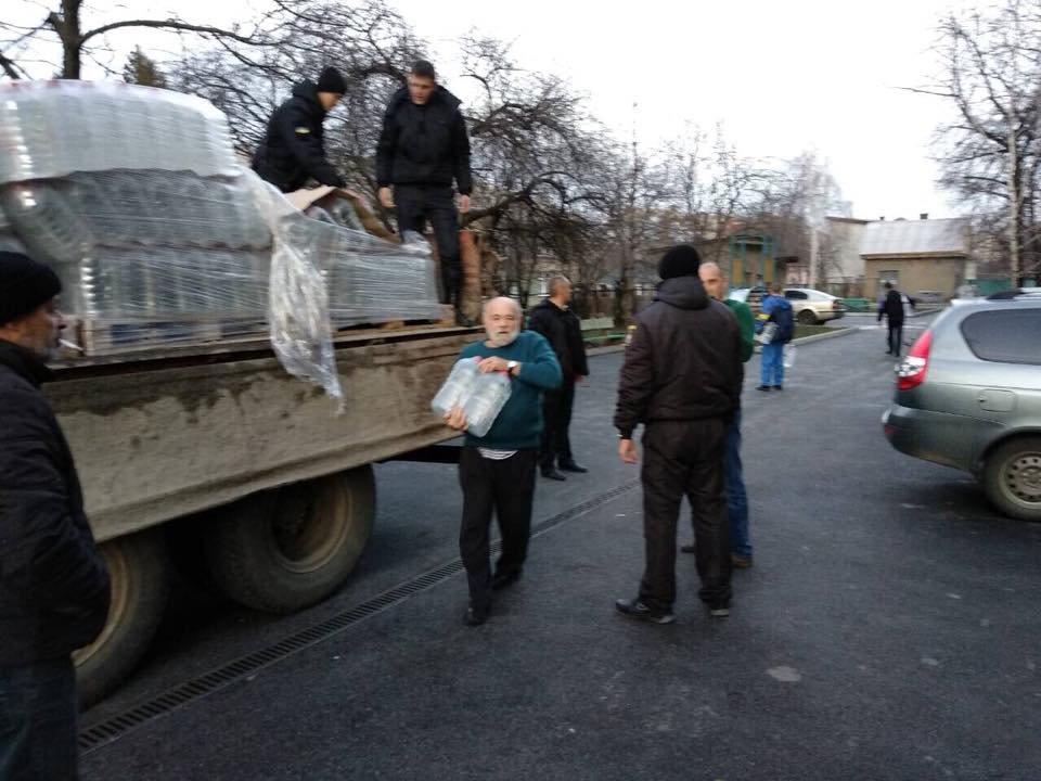 Знедолені стихією: як у Мукачеві містянам роздавали питну води (ФОТО), фото-8