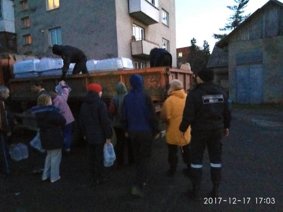Знедолені стихією: як у Мукачеві містянам роздавали питну води (ФОТО), фото-1