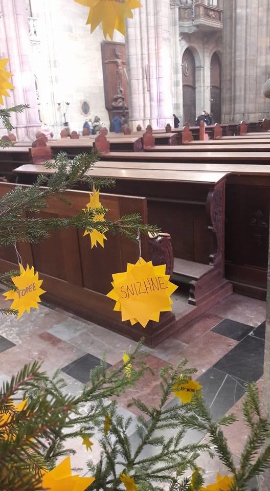 На ялинці у соборі Віта в Чехії замість прикрас - назви окупованих українських міст: фото, фото-4