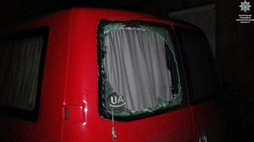 Знайшли за слідами крові: у Мукачеві затримали чоловіків, які розбили вікно на чужому авто (ФОТО), фото-2