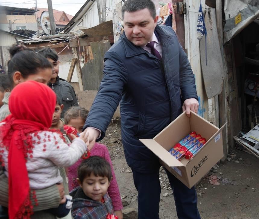 В Ужгороді німецькі благодійники роздавали подарунки малозабезпеченим родинам та ромським дітям: фото, фото-3