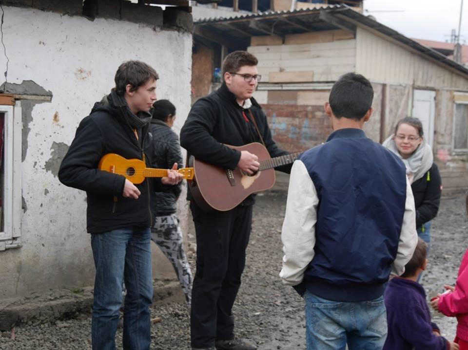 В Ужгороді німецькі благодійники роздавали подарунки малозабезпеченим родинам та ромським дітям: фото, фото-4