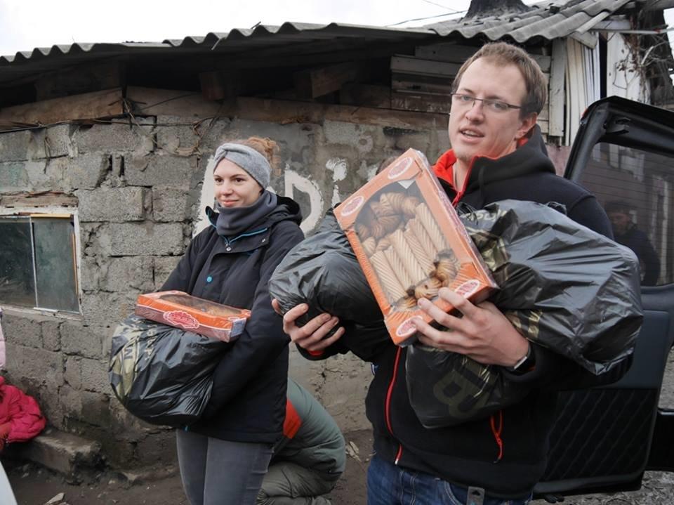 В Ужгороді німецькі благодійники роздавали подарунки малозабезпеченим родинам та ромським дітям: фото, фото-5