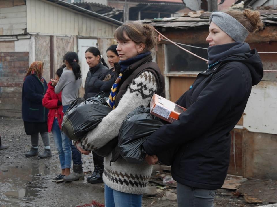 В Ужгороді німецькі благодійники роздавали подарунки малозабезпеченим родинам та ромським дітям: фото, фото-6