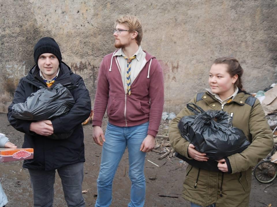 В Ужгороді німецькі благодійники роздавали подарунки малозабезпеченим родинам та ромським дітям: фото, фото-8