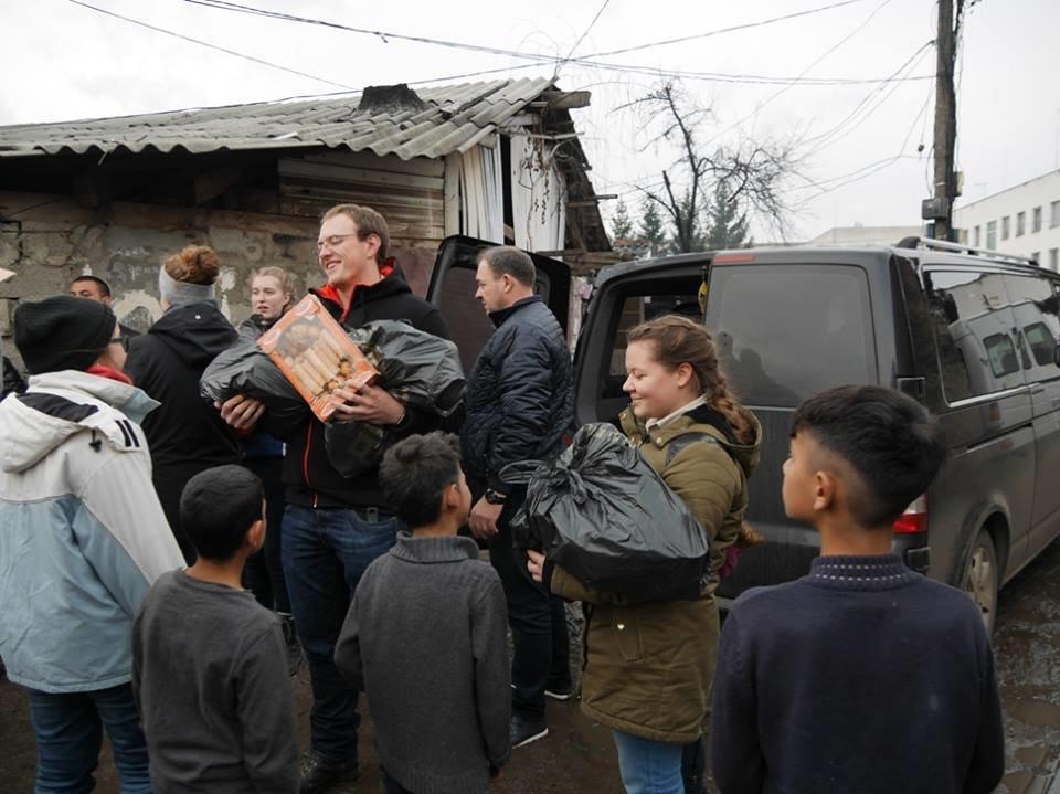 В Ужгороді німецькі благодійники роздавали подарунки малозабезпеченим родинам та ромським дітям: фото, фото-7