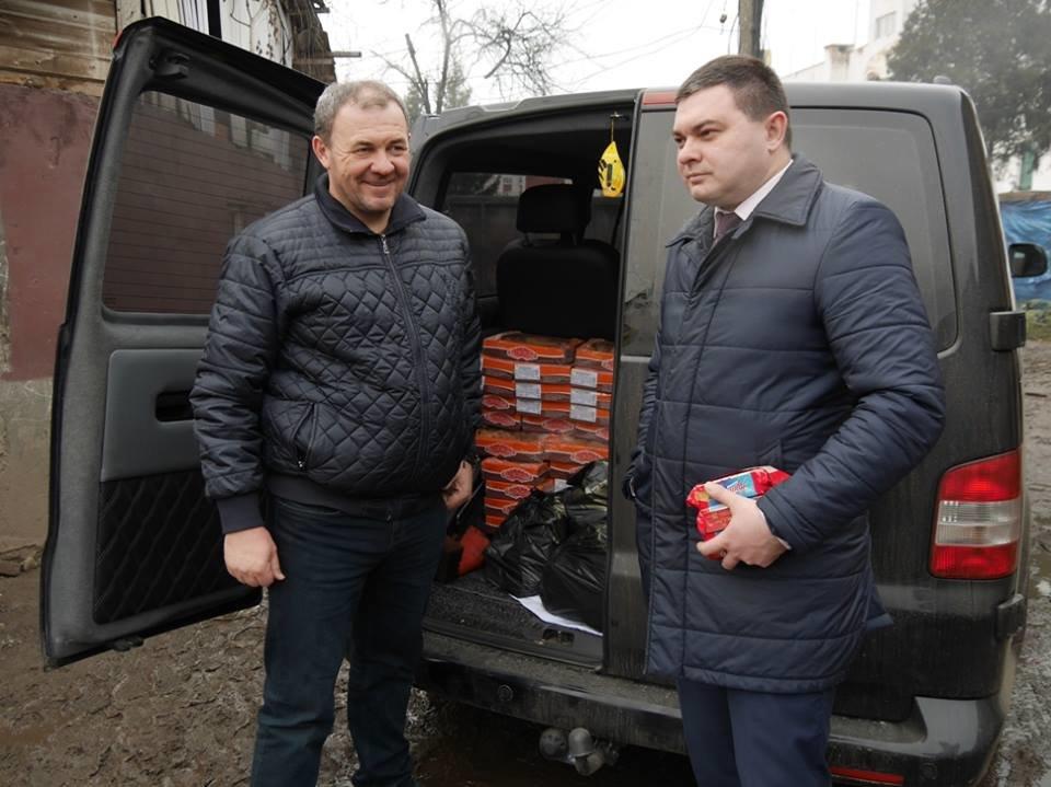 В Ужгороді німецькі благодійники роздавали подарунки малозабезпеченим родинам та ромським дітям: фото, фото-9