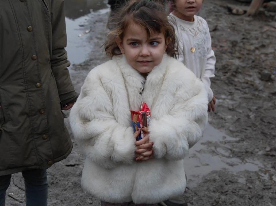 В Ужгороді німецькі благодійники роздавали подарунки малозабезпеченим родинам та ромським дітям: фото, фото-1
