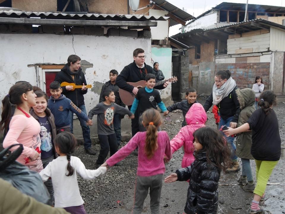 В Ужгороді німецькі благодійники роздавали подарунки малозабезпеченим родинам та ромським дітям: фото, фото-2
