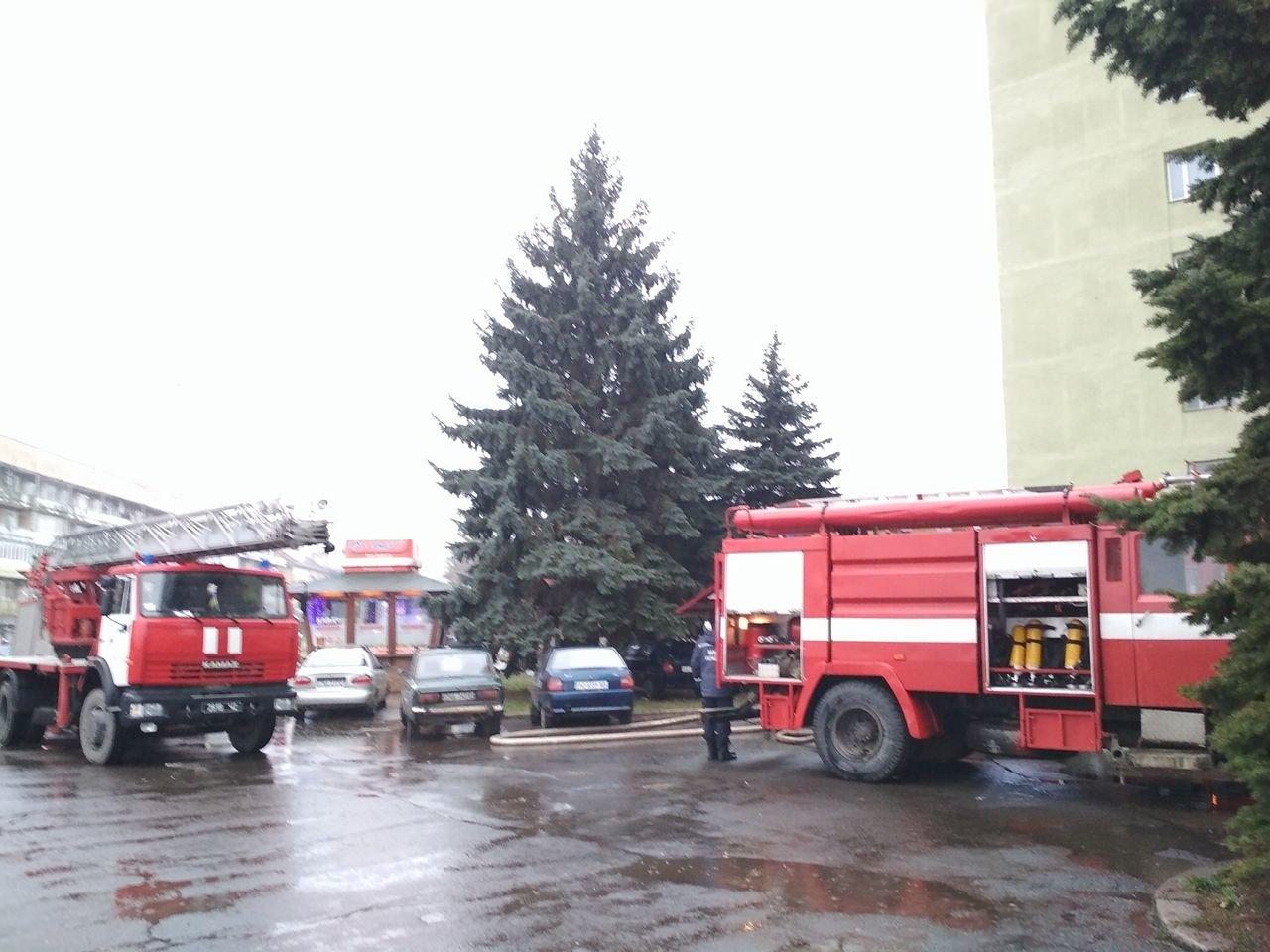 В Ужгороді вогонь у 16-поверхівці гасили 25 пожежників на 5-ти машинах (ОНОВЛЕНО, ФОТО, ВІДЕО), фото-5