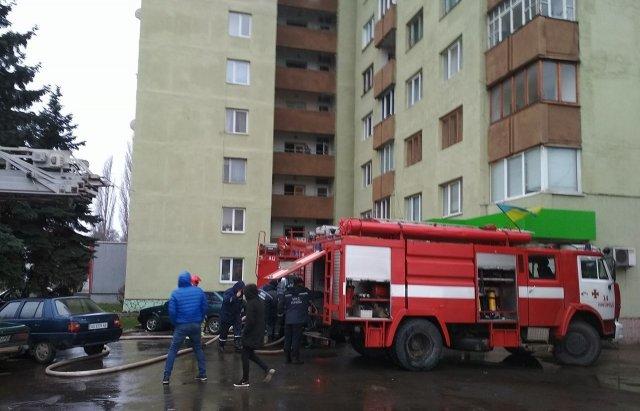 В Ужгороді вогонь у 16-поверхівці гасили 25 пожежників на 5-ти машинах (ОНОВЛЕНО, ФОТО, ВІДЕО), фото-10