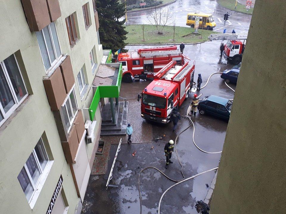 В Ужгороді вогонь у 16-поверхівці гасили 25 пожежників на 5-ти машинах (ОНОВЛЕНО, ФОТО, ВІДЕО), фото-4