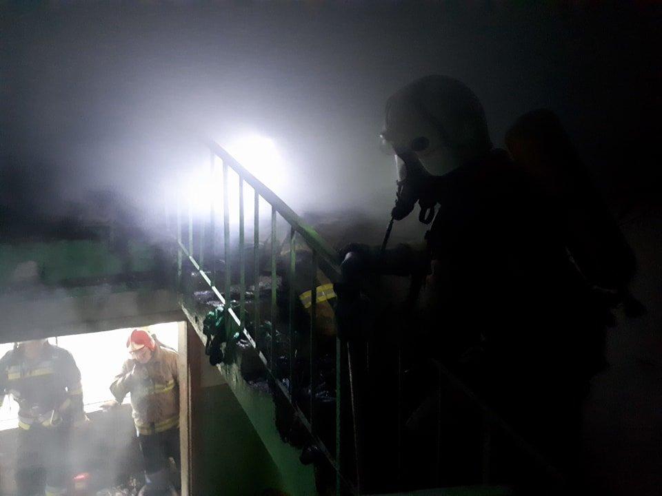 В Ужгороді вогонь у 16-поверхівці гасили 25 пожежників на 5-ти машинах (ОНОВЛЕНО, ФОТО, ВІДЕО), фото-1