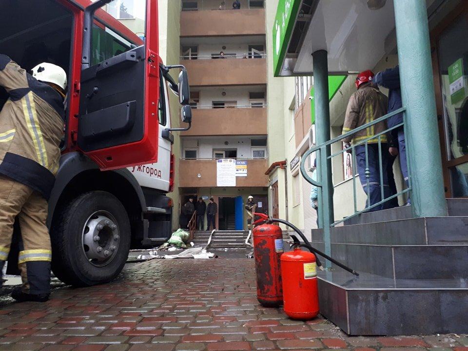 В Ужгороді вогонь у 16-поверхівці гасили 25 пожежників на 5-ти машинах (ОНОВЛЕНО, ФОТО, ВІДЕО), фото-3