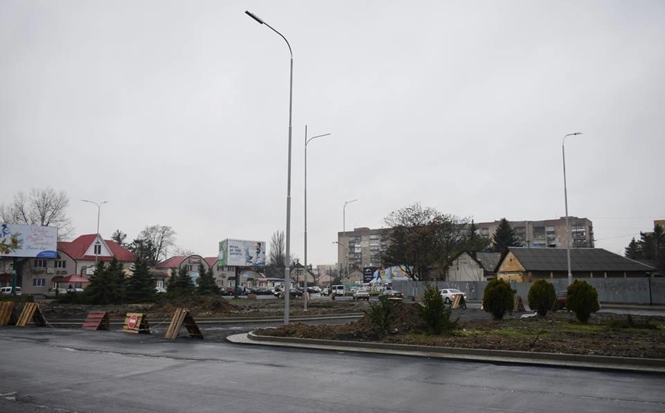 Ужгородська мерія похвалилася новими ліхтарями на розритій площі Кірпи: фото, фото-2