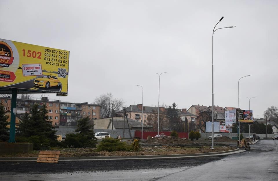 Ужгородська мерія похвалилася новими ліхтарями на розритій площі Кірпи: фото, фото-1
