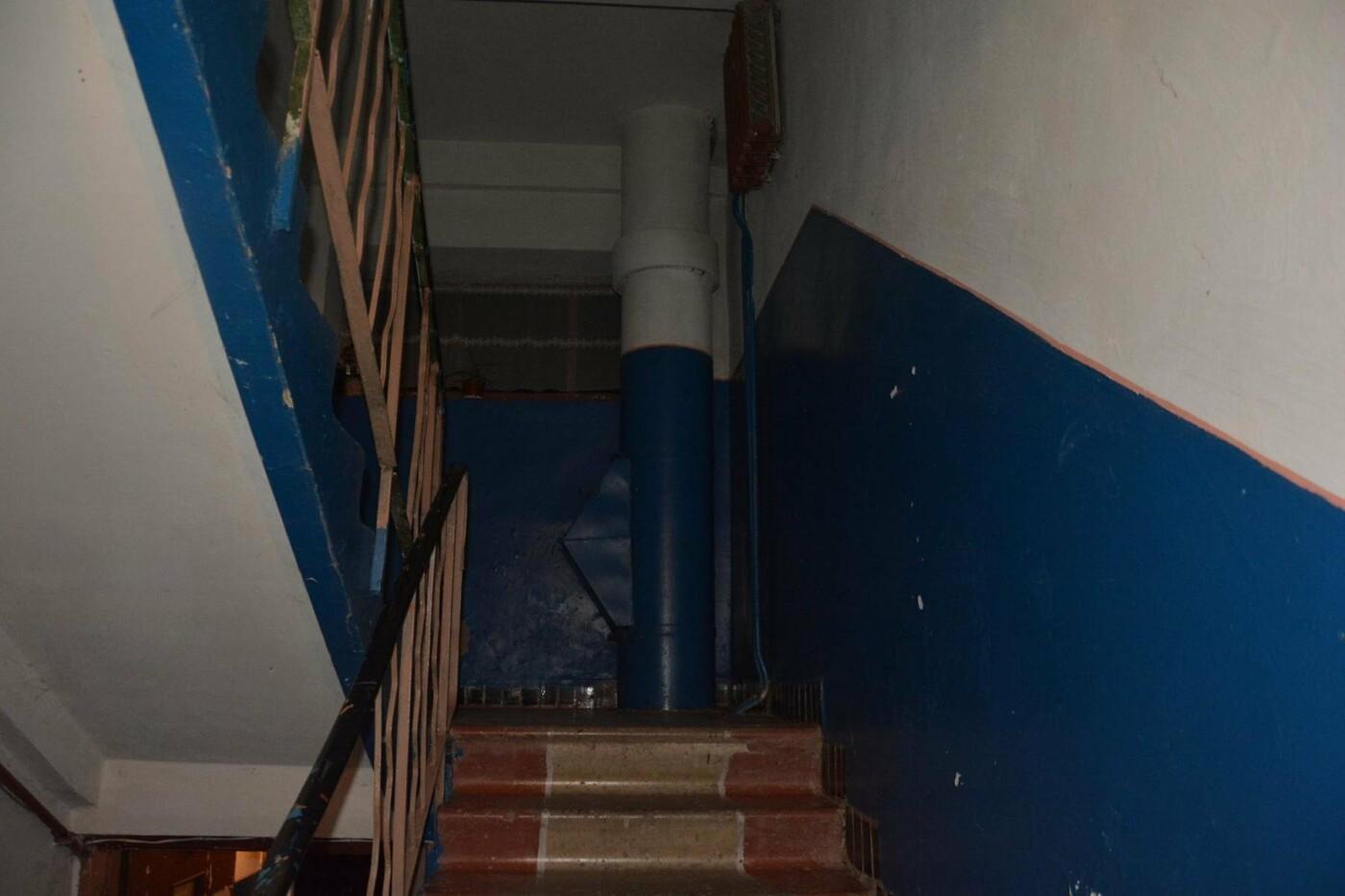 Сьогодні вночі у Мукачеві у під'їзді власного будинку зарізали 27-річного хлопця: поліція розшукує вбивцю (ФОТО), фото-1