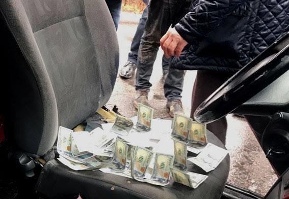 На Закарпатті чоловік дав посадовцю 2000 доларів хабара, щоб знову могти їздити за кордон: поліція розповіла деталі (ФОТО), фото-2