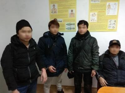 Були за 5 метрів до мети: на Закарпатті прикордонники затримали 4-х нелегалів із В'єтнаму (ФОТО), фото-2