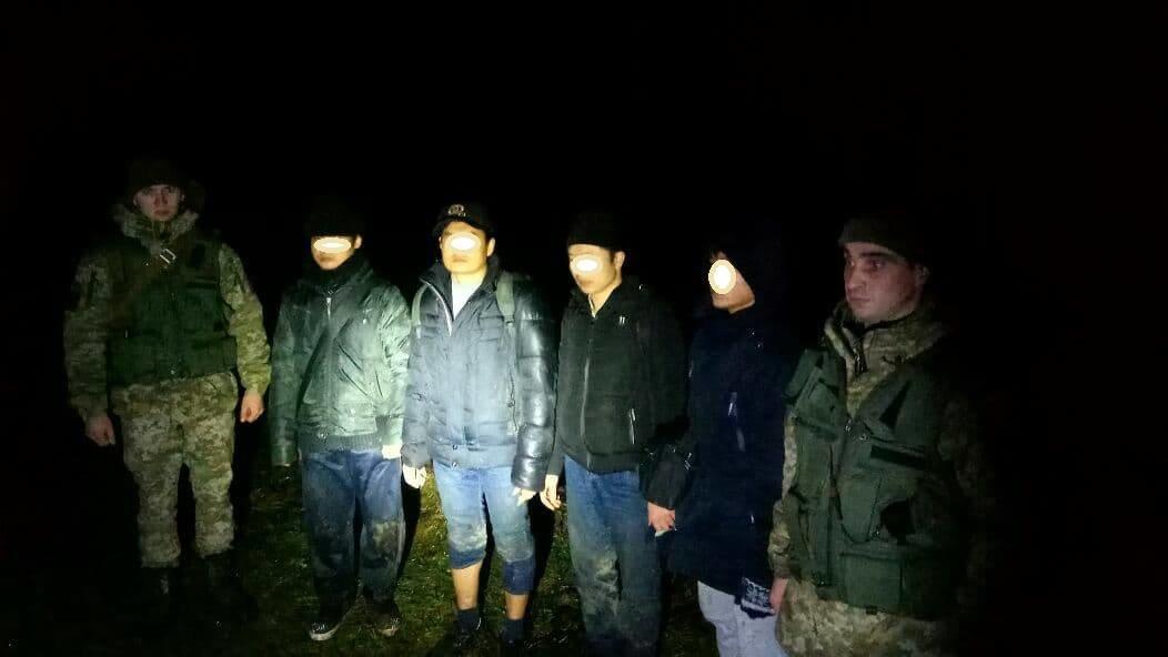 Були за 5 метрів до мети: на Закарпатті прикордонники затримали 4-х нелегалів із В'єтнаму (ФОТО), фото-1