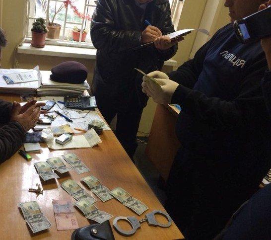 Чиновника закарпатської споживспілки затримали на хабарі у 1,5 тисяч доларів: фото, фото-1